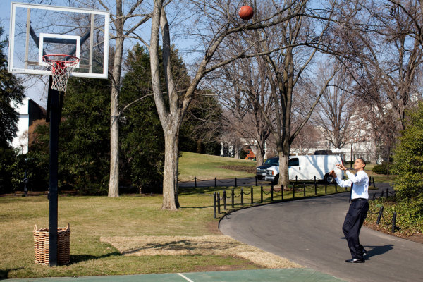 BObasketball barack obama juega al basket baloncesto basketball en la cancha de la white house